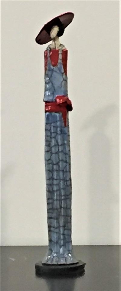 Femme Art Déco robe bleue chapeau rouge - Céramique - 42 cm