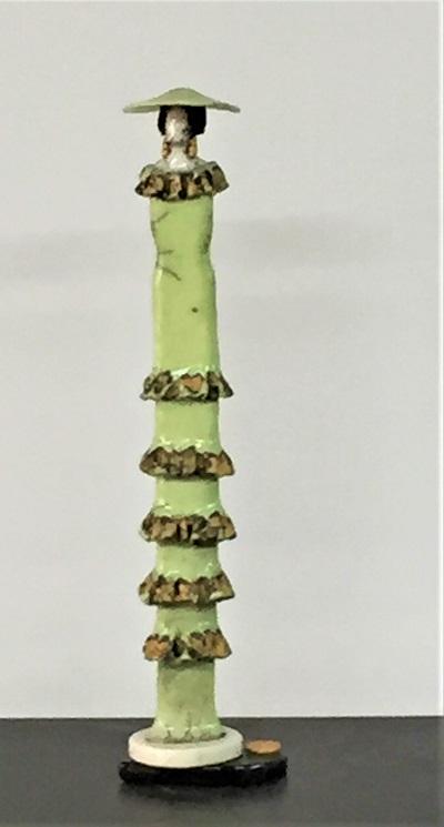Femme Art Déco robe verte à volants et chapeau - Céramique - 42 cm